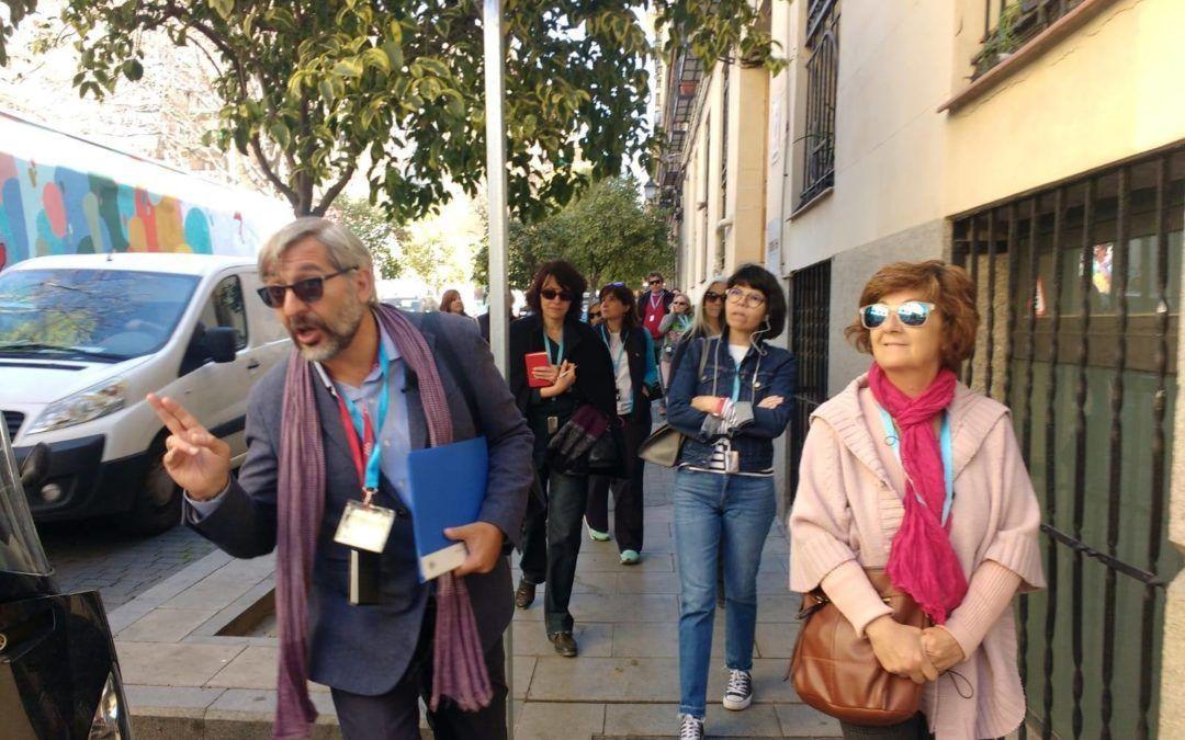 ¿Qué hay bajo el paraguas de un 'free tour'?, Te invitamos a escuchar esta entrevista a nuestras guías oficiales de turismo y parte de la Junta directiva de APIT Madrid, Julia Molina y Ángela Mallavia.