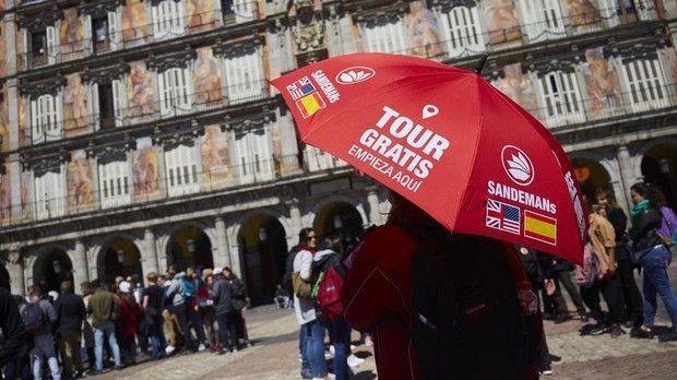 La Asociación Profesional de Guías de Turismo de Madrid (APIT) exige que se acabe con esa competencia desleal. «Estas personas no tienen la titulación oficial, la mayoría no paga impuestos ni cotiza a la Seguridad Social y son explotados por sus empresas»