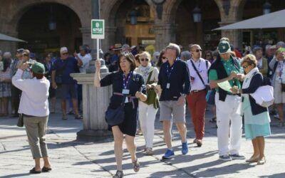 La Junta de Castilla y León podrá multar con hasta 90.000 euros, en situaciones muy graves, a personas o empresas que ejerzan como guías de turismo sin estar acreditados.